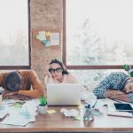 خمس عادات تدمّر إنتاجيتك في العمل